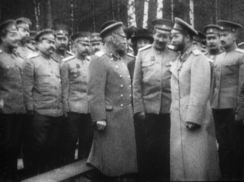Российский император Николай II (на переднем плане справа) и генерал Михаил Алексеев (на переднем плане слева) в Ставке царского правительства.