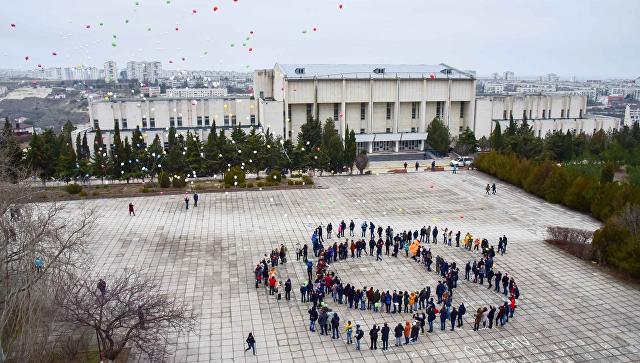 Студенты Севастополя провели флешмоб, выстроившись в эмблему Всемирного фестиваля молодежи