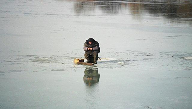 ВоВладивостоке около 50 рыбаков уносит вморе наоторвавшейся льдине