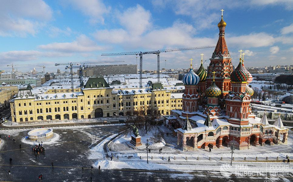Покровский собор (храм Василия Блаженного) и Средние торговые ряды на Красной площади в Москве