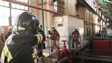 Сотрудники МЧС на месте обрушения кровли в газотурбинном цехе ТЭЦ-1 города Пензы. 26 января 2017