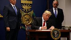 Президент США Дональд Трамп подписывает указ о мерах по предупреждению въезда террористов в США, 27 января 2017