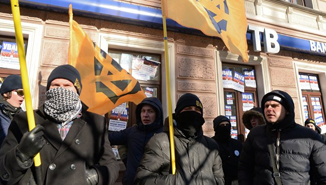 Активисты политической партии Национальный Корпус, созданной организацией Азов, во время пикетирования офиса ВТБ банка в Киеве. Архивное фото