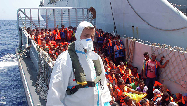 Итальянский военный корабль, участвующий в спасении мигрантов в Средиземном море. Архивное фото