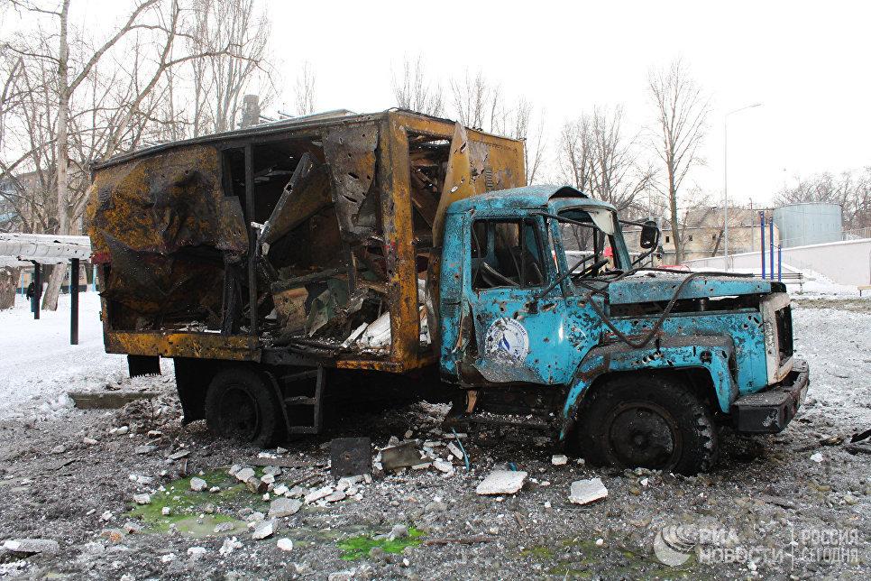 Автомобиль, пострадавший в результате обстрела украинскими силовиками, в Донецке. 1 февраля 2017