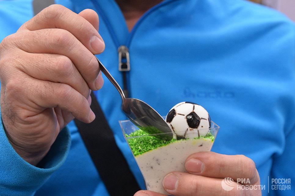 Пирожное в центре выдачи паспортов болельщиков Кубка конфедераций FIFA 2017 в Казани