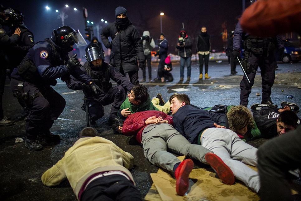 Румынская полиция задерживает демонстрантов во время акции протеста перед зданием правительства