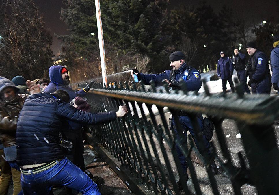 Жандарм применяет перцовые баллончики во время акции протеста в Румынии