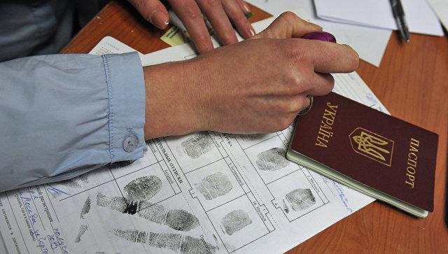 Больше всего украинцев уезжает работать в РФ иПольшу— опрос