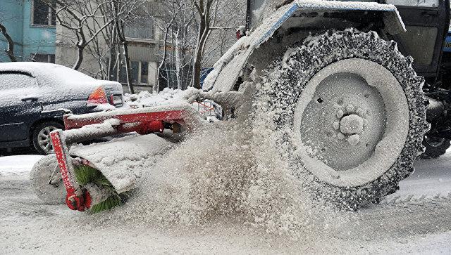 Уборка снега на дороге. Архивное фото