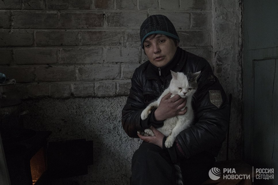 Женщина в подъезде жилого дома в Киевском районе Донецка