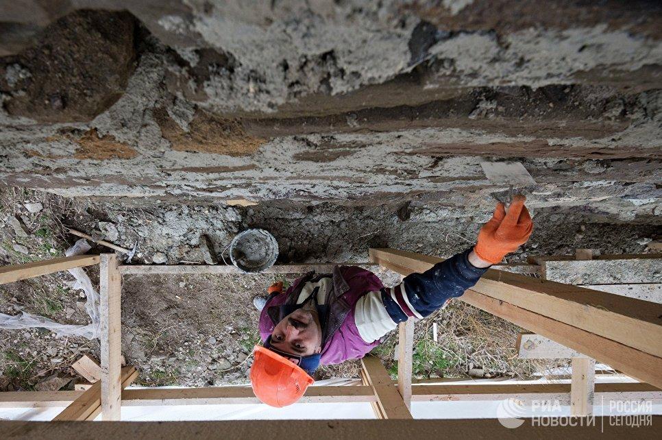 Реставрационные работы на территории Генуэзской крепости на берегу Черного моря в Крыму