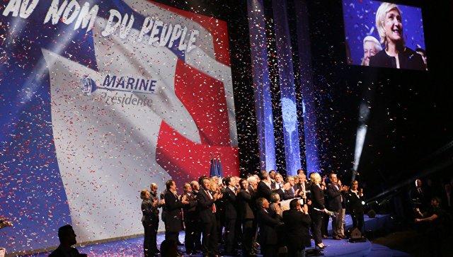 Кандидат на пост президента Франции, лидер французской партии Национальный фронт Марин Ле Пен на встрече со своими сторонниками во время избирательной кампании в Лионе