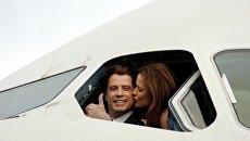 Голливудский актер Джон Траволта с супругой Келли Престон в кабине самолета Airbus A380 в международном аэропорту Брисбена