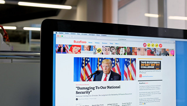 Сайт BuzzFeed на экране монитора. Архивное фото