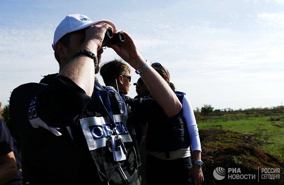Наблюдатели ОБСЕ в селе Петровское во время отвода сил бойцов подразделений Донецкой народной республики