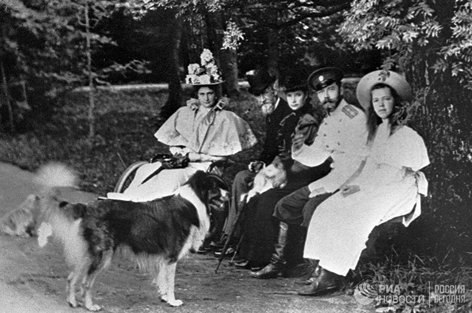 Император Николай II, императрица Александра Федоровна и великая княгиня Ольга Александровна  на прогулке. Петергоф, 1896 год