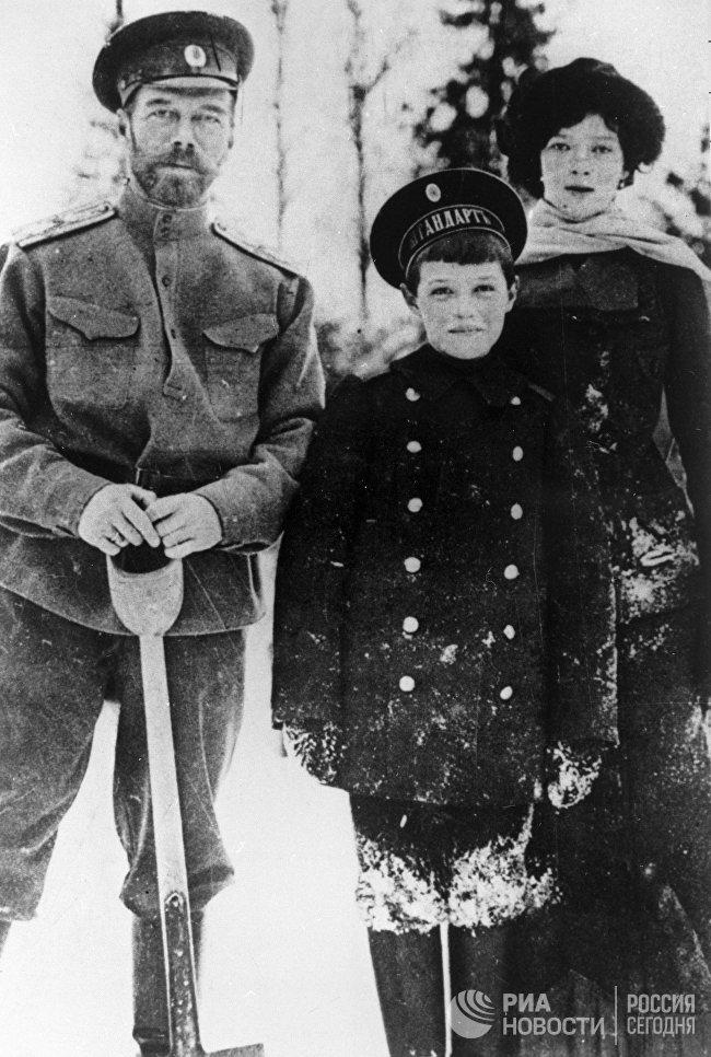 Русский император Николай II с сыном Алексеем и дочерью Марией. Царское село. 1916 год