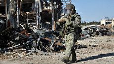 Сапер Международного противоминного центра ВС РФ разминирует территории в Алеппо. Архивное фото