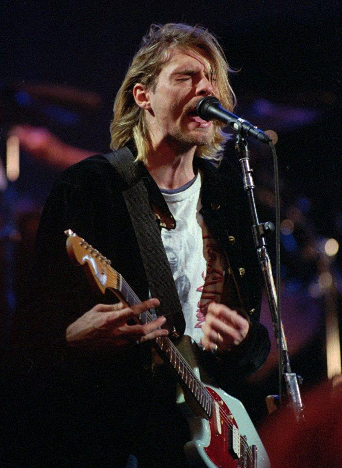 Курт Кобейн, вокалист группы Нирвана, во время записи MTV's Live и Loud Production в Сиэтле
