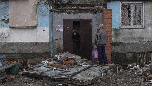 Жители Донецка у подъезда дома, поврежденного в результате обстрелов