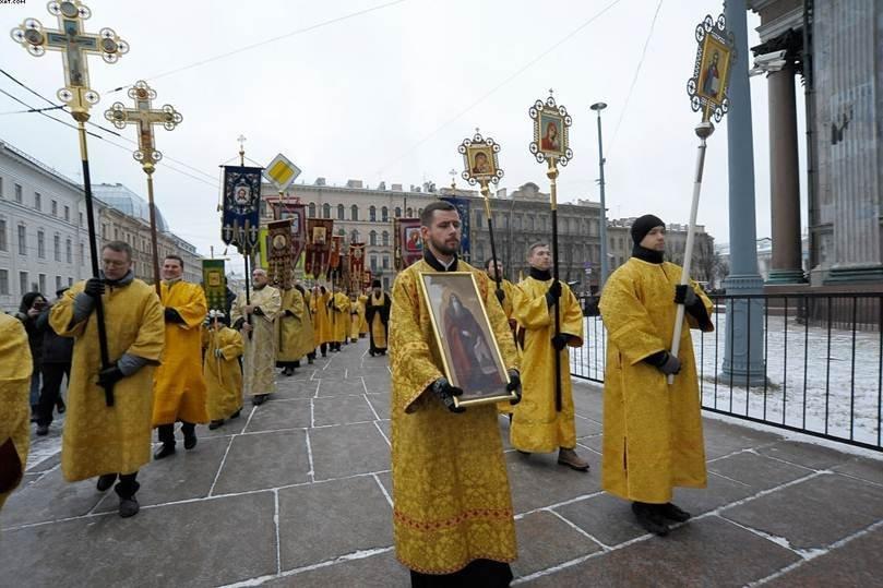 Крестный ход вокруг Исаакиевского собора по завершении божественной литургии