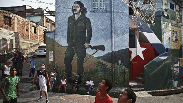 Дети из коммуны Пьедрита играют в баскетбол на улице баррио 23 января в Каракасе