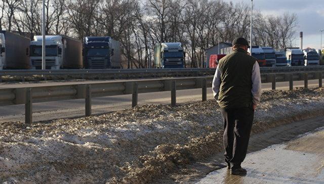Грузовики в очереди на пересечение российско-украинской границы в пункте пропуска Нехотеевка Белгородской области