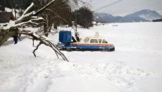 Судно МЧС на воздушной подушке на озере Телецкое, задействованное в поисковых работах в связи с падением вертолета Робинсон (фото предоставлено МЧС РФ. Максимальное качество). Архивное фото