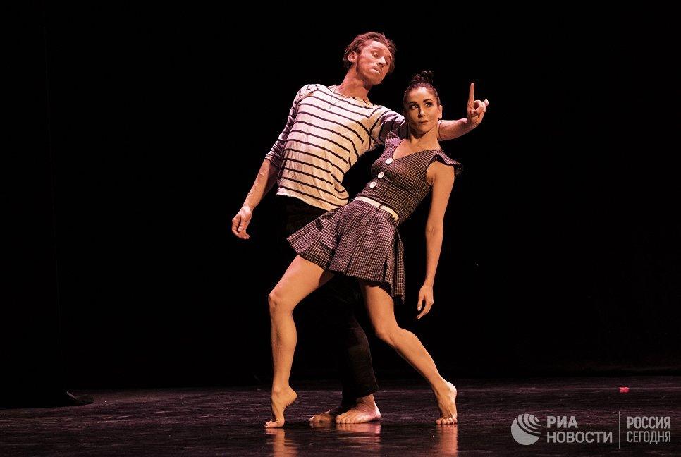 Премьер Мариинского театра Игорь Колб и балерина Алиса Петренко исполняют дуэт из балета Дождь на вечере балета Танцы о любви