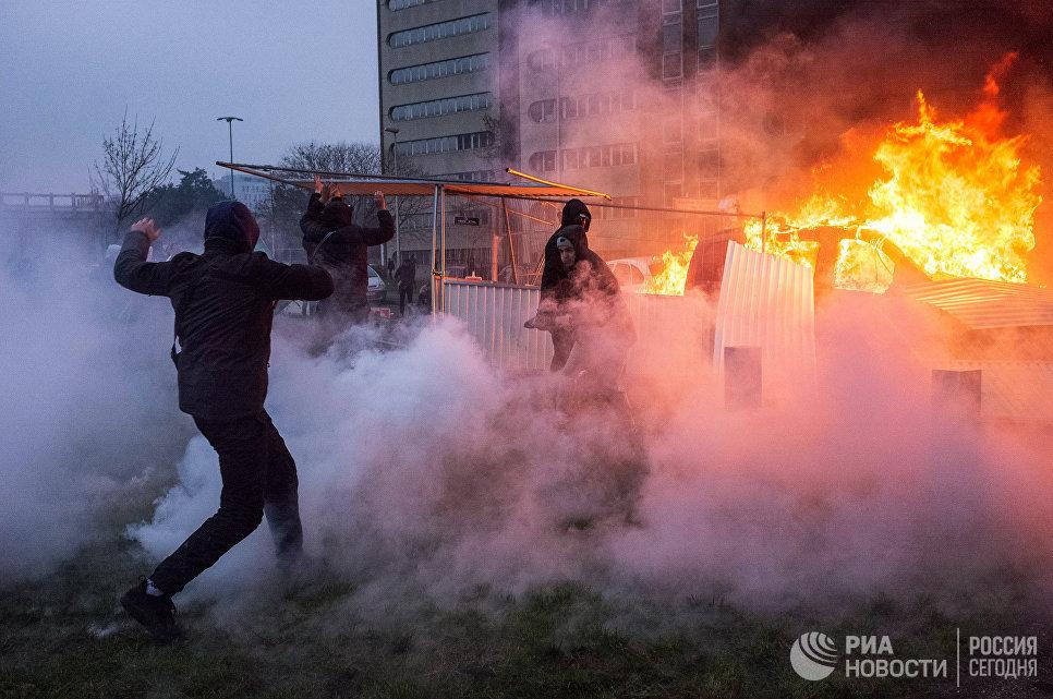 Автомобиль горит в Бобиньи, пригороде Парижа, во время акции протеста против полицейского насилия