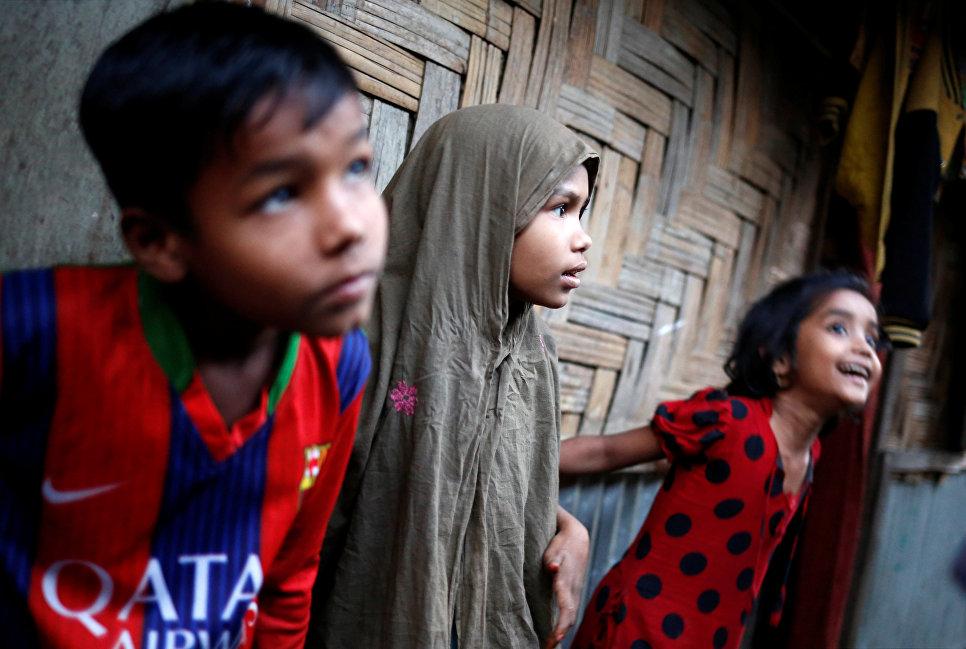 Дети в лагере для беженцев в Текнафе, Бангладеш