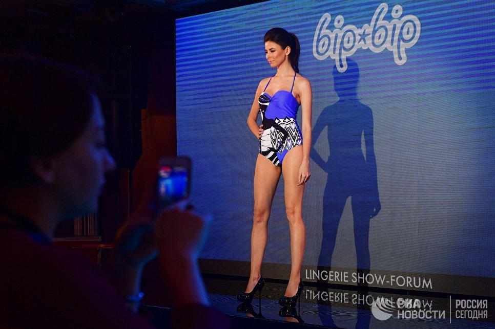 Модель во время дефиле в купальниках на Международной выставке нижнего белья и купальников Lingerie Show-Forum - 2017 в Москве