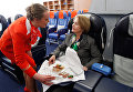 Стюардесса обслуживает пассажирку во время занятий в Негосударственном образовательном учреждении Авиационная школа Аэрофлота