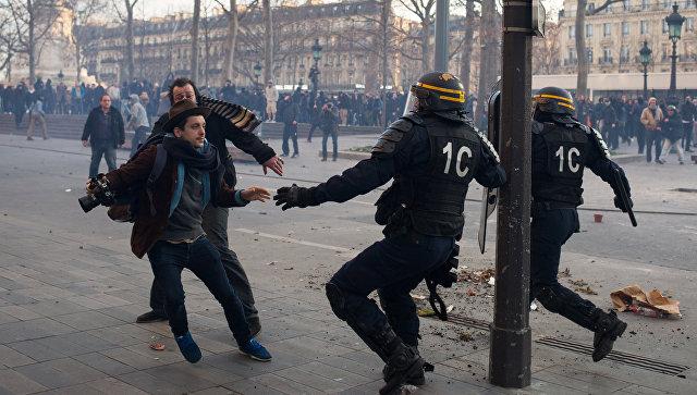 В Париже произошли столкновения между несколькими сотнями демонстрантов и полицией