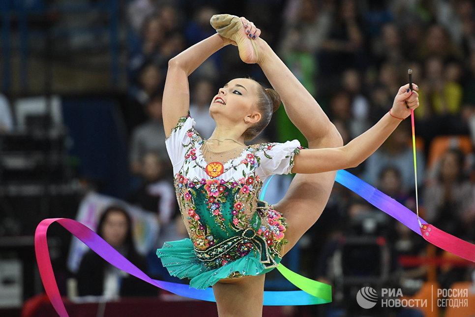 Арина Аверина (Россия) выполняет упражнение с лентой в финале индивидуальной программы по художественной гимнастики Гран-при Москвы