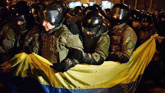 Сотрудники МВД Украины во время акции протеста в Киеве, приуроченной к третьей годовщине событий на Майдане