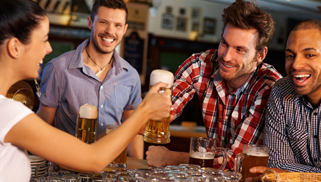 Компания друзей в баре