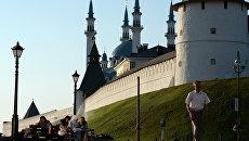 Горожане на Профсоюзной улице возле Казанского Кремля. Архивное фото