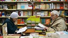 Покупатели в книжном магазине. Архивное фото