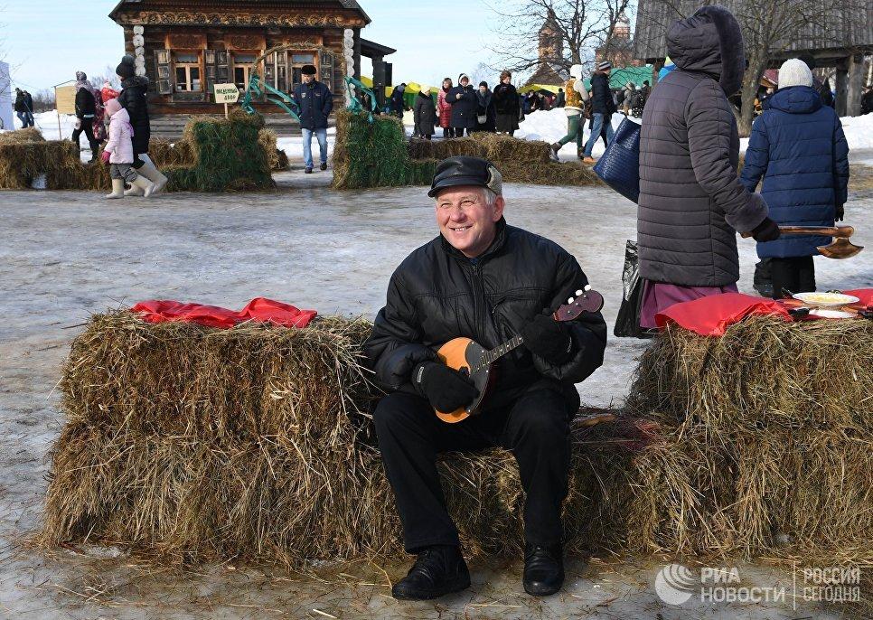 Участник во время праздничных гуляний, посвященных проводам Широкой Масленицы, в Суздале