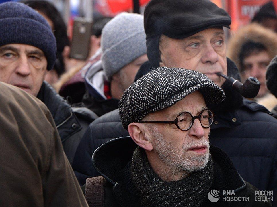 Писатель Лев Рубинштейн на марше памяти Бориса Немцова, приуроченного ко второй годовщине убийства политика