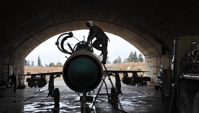 Сирийский летчик осматривает самолет МИГ-21 сирийских ВВС. Архивное фото