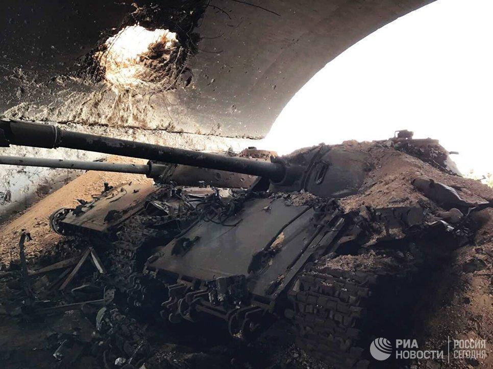 Военная техника, уничтоженная в результате штурма гражданского аэропорта, в окрестностях Пальмиры в сирийской провинции Хомс