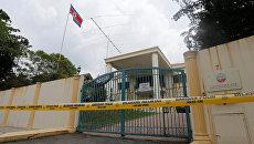 Здание посольства КНДР в Куала-Лумпуре, оцепленное полицией