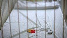 Детская кроватка с игрушками в больнице. Архивное фото