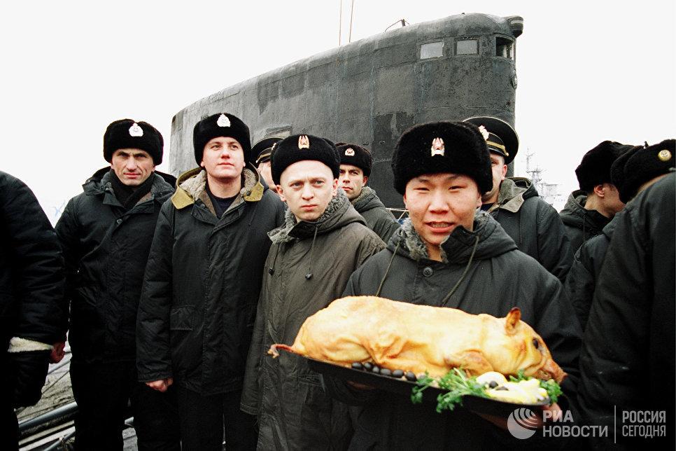 Моряки-подводники после похода