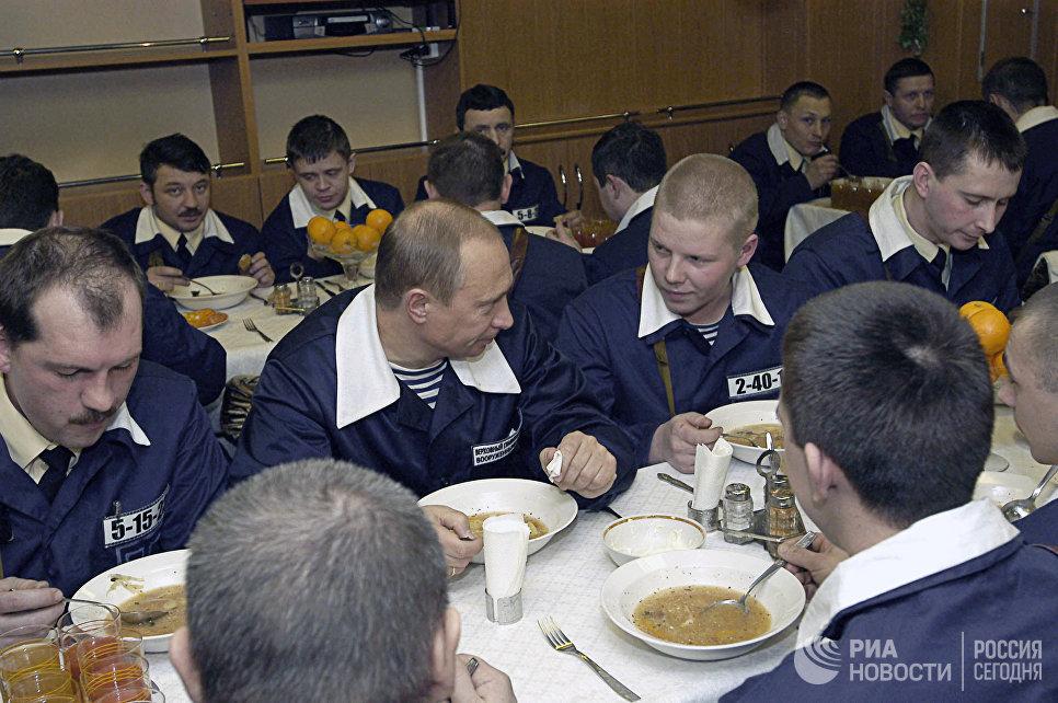Владимир Путин с командой подводного крейсера Архангельск во время обеда