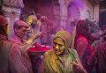 Овдовевшая женщина принимает участие в фестивале Холи в храме Гопинатхи во Вриндаване, Индия