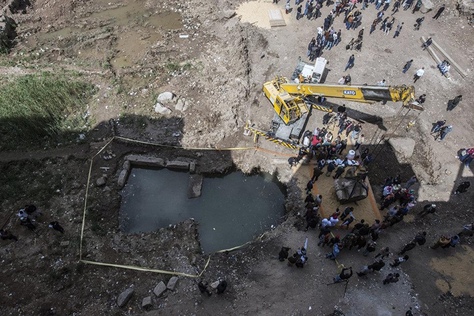 Египетские рабочие на месте раскопок статуи древнеегипетского фараона Рамзеса Второго, обнаруженной группой немецко-египетских археологов в районе Матария в Каире